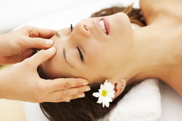 Hãy học ngay cách massage nâng cơ mặt tại nhà để hạn chế việc chảy xệ trên làn da của bạn