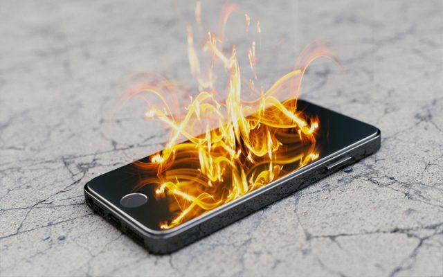 Để điện thoại dưới gối dễ gây hỏa hoạn