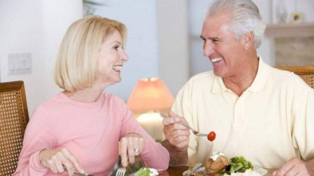 Bữa ăn lành mạnh cho người cao tuổi mùa dịch