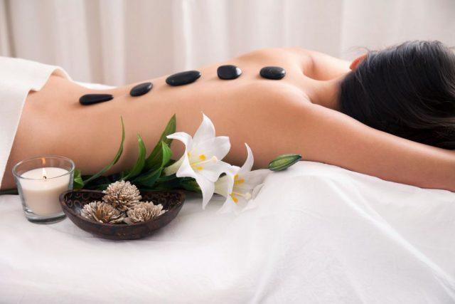"""Trong massage đá nóng, những viên đá nóng là """"món quà"""" cho thiên nhiên ban tặng"""