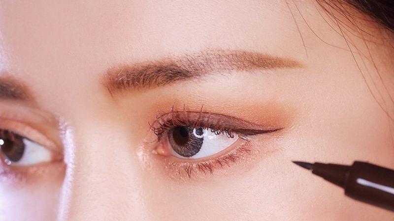 Một đường eyeliner sắc nét sẽ giúp mắt bạn to và sâu hơn
