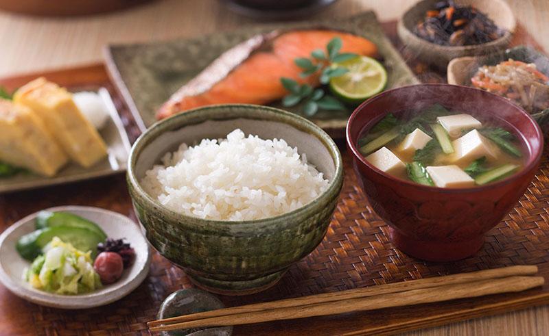 Tại sao nhiều người bị đau bụng sau khi ăn sáng? Khắc phục như nào?